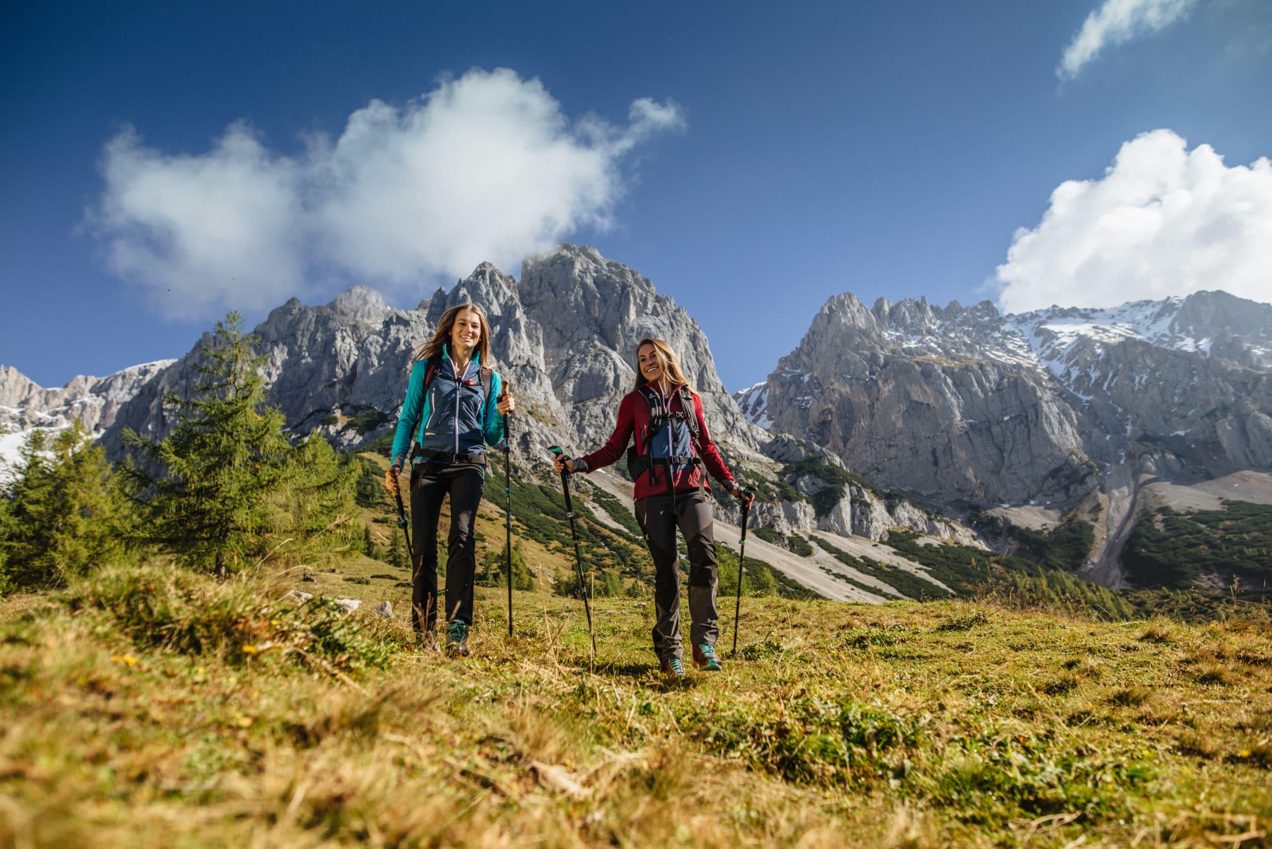 Zwei Wanderer im herbstlichen Gebirge